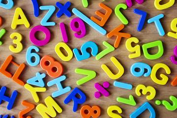 Letras y numeros de plastico, de distintos colores