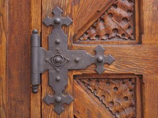 Metallscharnier einer alten Holztüre