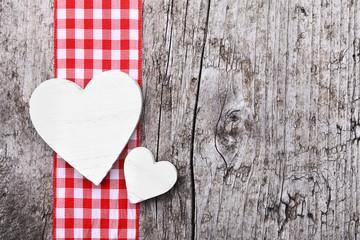 Zwei weiße Herzen & karierte Schleife