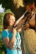 Lachende Frau mit Pferd