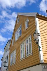 gelbes skandinavisches haus in bergen, norwegen