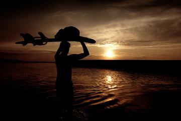 surfer porte sa planche
