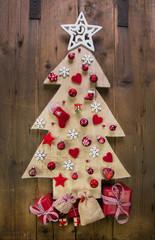 Dekoration Weihnachten in Rot: Weihnachtsbaum aus Holz