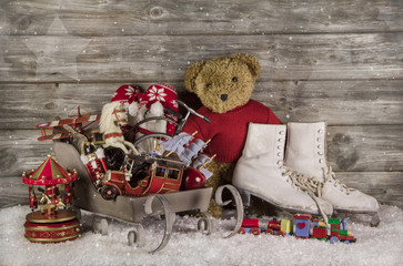 Alte Spielsachen als Dekoration für Weihnachten in rot