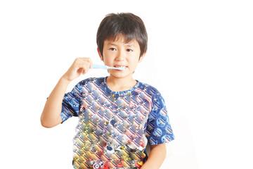 歯磨きをしている笑顔の少年