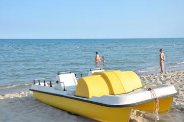 Trettboot am Strand