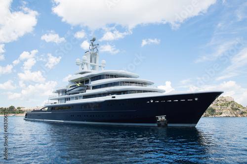 Leinwanddruck Bild Luxus: Megagroße Yacht am Meer - Konzept Reichtum