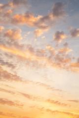 Sonnenaufgang bei Gewitter als Hintergrund in Orange