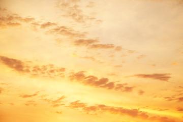Sonnenaufgang - Hintergrund Gelb mit Wolken