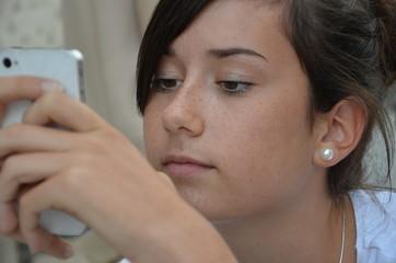 Teenager am Handy