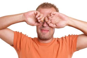 Mann reibt sich die Augen