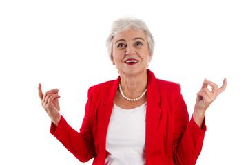Lachende ältere Frau in Rot - Portrait glückliche Seniorin