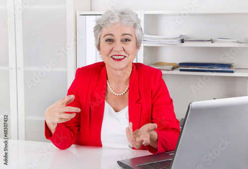 Erfolgreiche ältere Geschäftsfrau geht in den Ruhestand
