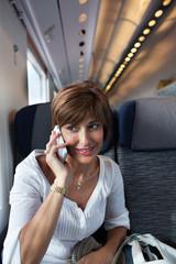 Donna in viaggio al telefono