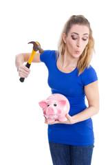 Frau hat Geld Probleme und zerschlägt ihr Sparschwein