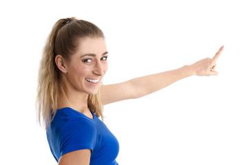 Frau isoliert in T-shirt blau zeigt mit dem Zeigefinger