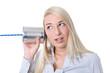Frau isoliert ist neugierig und hört auf Neuigkeiten: Konzept