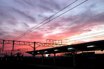 夕方の駅のプラットホームと空