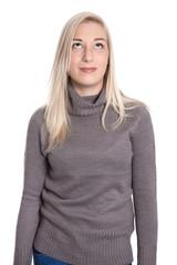 Junge blonde Frau isoliert in Pullover blickt nach oben