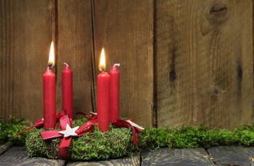 Zweiter Advent: zwei brennende rote Kerzen: Adventskranz