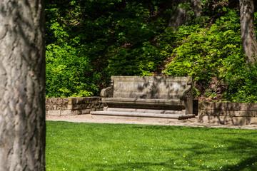 Steinige Parkbank im Schlossgarten Heidelberg