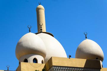 Runde Kuppeln einer Moschee vor blauem Himmel Dubai VAE