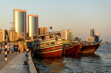 Dhaus und Hochhaeuser am Dubai Creek in Dubai, VAE