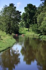 Ludzie w kajakach na rzece.