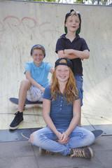 Drei Kinder mit Skateboard