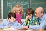 Fototapety lehrer betreut eine gruppe von kindern