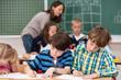 schulkinder malen konzentriert in der schule