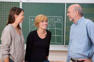 lehrer-kollegen im gespräch in der klasse