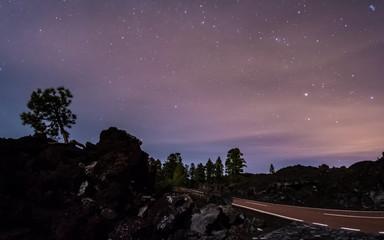 Straße durch den Teide Nationalpark auf Teneriffa bei Nacht