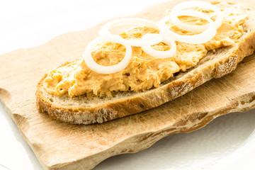 Brot mit Obadzda und Zwiebeln
