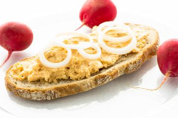 Brot mit Obatzter und Radischen
