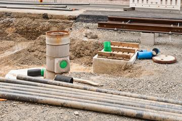 Kanalbau - Montage eines Abwasserkanals in einem Gleisbett