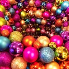 Christbaumkugeln zu Weihnachten als Hintergrund