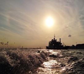 Wellen bei Schiff im Sonnenuntergang