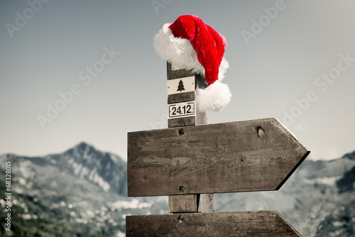 Zdjęcia na płótnie, fototapety, obrazy : Signpost with Santa Hat
