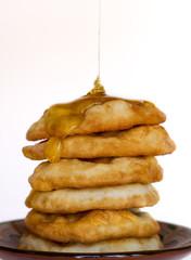 Deliciosas tortitas fritas con miel añadida