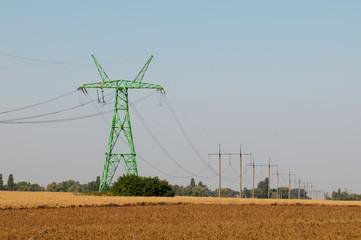 Опоры линии электро передач в поле