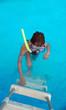 Kind an der Badeleiter