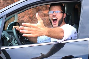 Homme colérique conduisant