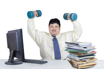 Overweight man working while workout 1