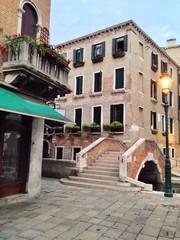 Brücke mit Treppe über Kanal in Venedig