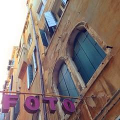 Fassade mit Wort Foto