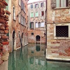 Wasser an Häusern in Venedig