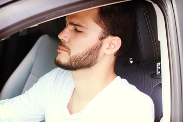 homme qui s' endort en conduisant