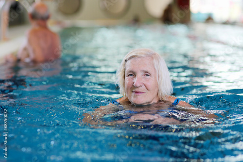 Foto op Plexiglas Persoonlijk Healthy active senior woman swimming in the pool