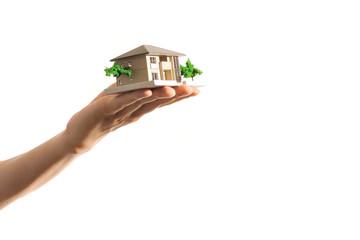 住宅の模型を持っている手